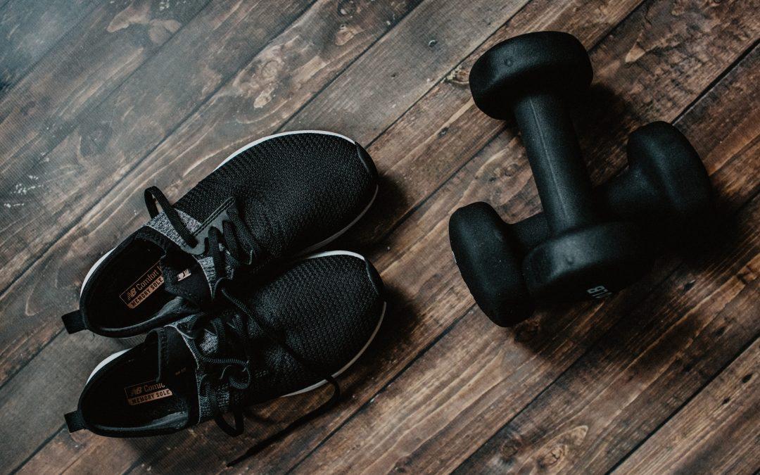 Scarpe da ginnastica e pesetti.